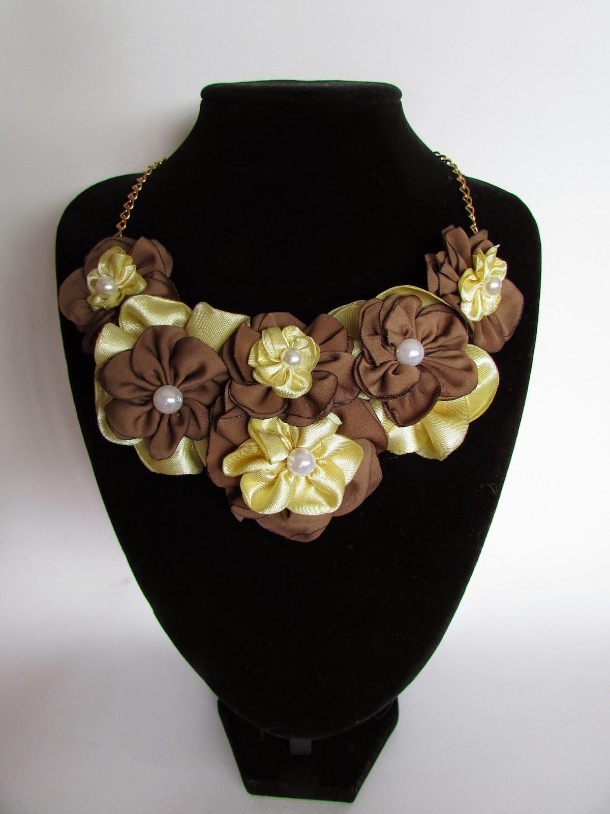 Collar con flores de tela y perlas DIY
