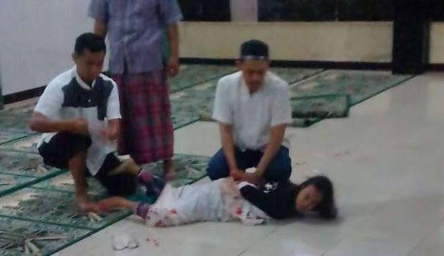 Aksi Brutal Wanita Gila Tusuk Ulama di Depok