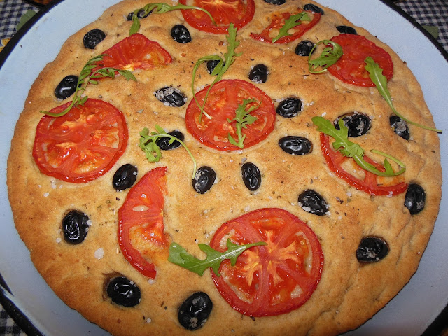Апулска фокача с домати и маслини