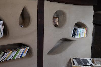 松本市四賀の古民家カフェ KAJIYA(カジヤ)かわいい本棚