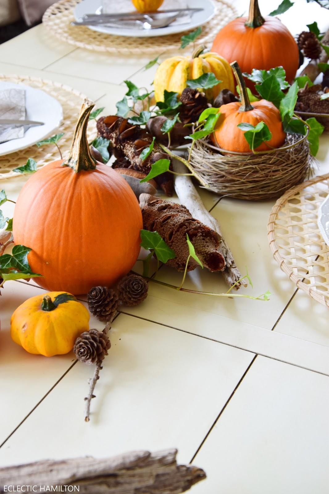 Dekoideen mit Kürbis für den Herbst. Kürbisse natürlich dekorieren. Tischdeko, Tisch dekorieren Herbstdeko, herbstliche Deko, Esszimmer