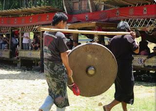 Gong atau Lesung Penerimaan tamu rambu solo