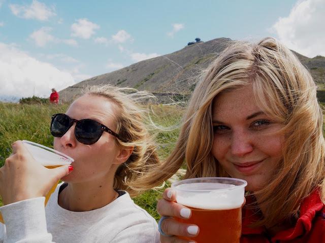 Pivo, pivečko, přátelství, chata Dom Śląski, Sněžka, Krkonoše, příroda