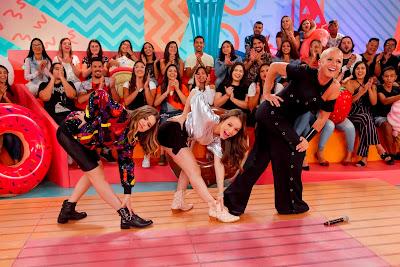 Apresentadora e convidadas fazem pose da capa de disco de Xuxa (Foto: Gabriel Cardoso/SBT)