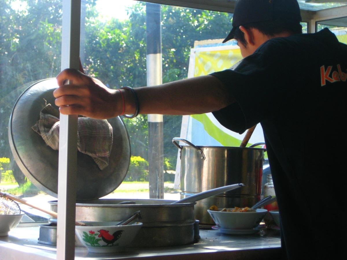 박소 솥을 열어보고 있는 인도네시아 인