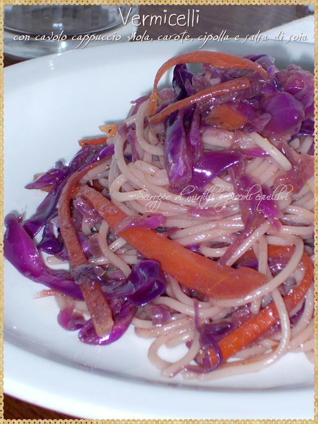 Vermicelli con cavolo cappuccio viola, carote, cipolla e salsa di soia