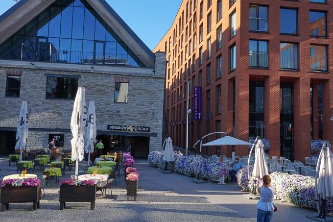 Rotermann City - alue Tallinnan keskustassa jossa on paljon ravintoloita ja terasseja