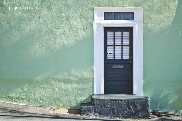 Frente y acceso de una casa vieja pintada