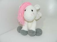 caballo amigurumi de cabello rosado