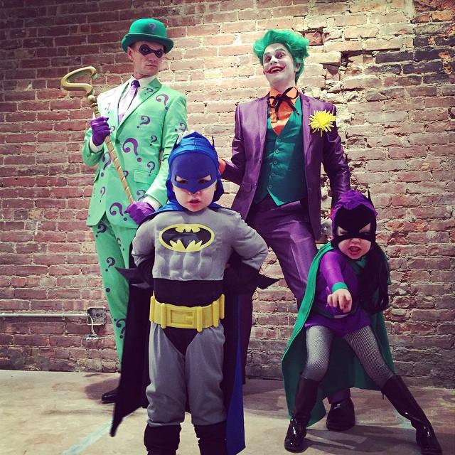 Família Harris-Burtka no Halloween 2014, de Charada, Coringa, Batman e Batgirl.