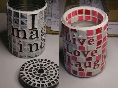 latas con pequeños mosaicos y junta o cemento con mensajes.