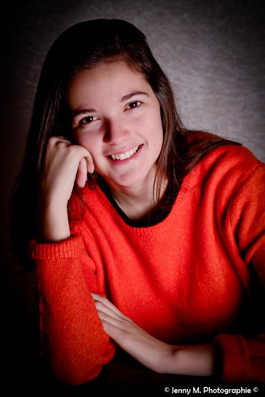 portrait couleur ado ombre et lumière studio pull orange