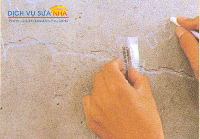 Thợ chống thấm xử lý các vết nứt