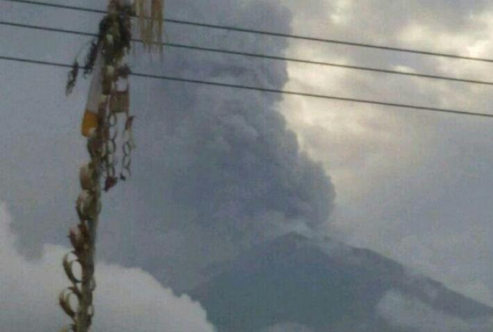 Gunung Agung Semburkan Abu vulkanik, Masyarakat Dilarang Mendekat Dalam Radius 6 km