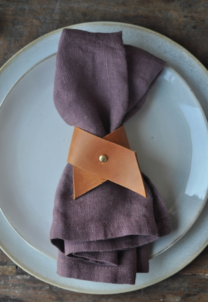 easy-peasy DIY Leather Napkin Ring, ready to use in 5 minutes