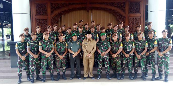 Bupati Malang Dr. H Rendra Kresna foto bersama dengan anggota Taruna Akmil.