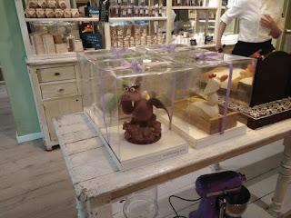caja transparente figura de chocolate