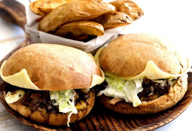 Ο Άκης Πετρετζίκης ετοιμάζει burger χοιρινό με μαύρη μπύρα για… δυνατούς παίκτες