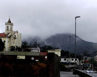 """A igreja Matriz com o Pico do Jaraguá encoberto. Eis porque os índios chamavam essa montanha de """"Deus da nuvem branca"""""""