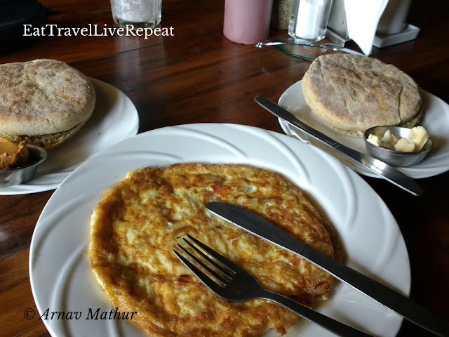 24 hour McLeodganj foodtrail - Mixed Veg Omlet with Tibetan Bread