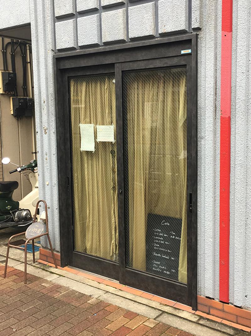 西新宿五丁目から徒歩5分ほどにある隠れ家カフェ『THOUSAND COFFEE』の外観