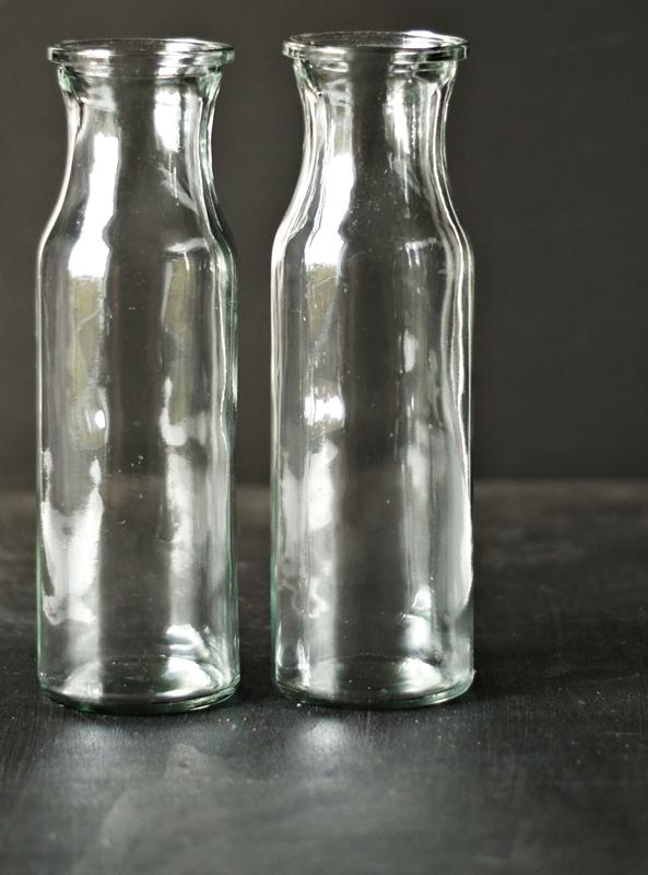 Blog + Fotografie by it's me! - Flower Friday, zwei Glasflaschen vor Schwarz
