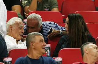 Ο Άκης Τσοχατζόπουλος πήγε γήπεδο - Είδε τον Ολυμπιακός παρέα με τη Βίκυ Σταμάτη