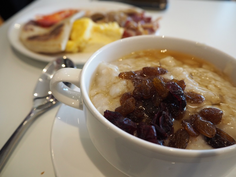 Porridge with honey and raisins