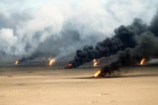 العراق - الأنبار : داعش تحرق النفط الأسود للتأثير على طيران الجيش العراقي في قضاء عنه