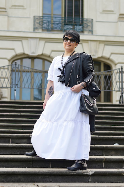 Biała sukienka maxi na rockowo  White maxi dress in rock style