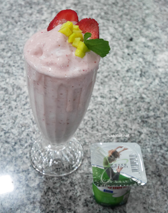 The Banana and Strawberry Smoothie is made using Fernleaf CalciYum Vanilla Flavoured Milk Powder and Fernleaf CalciYum Vanilla Yoghurt.