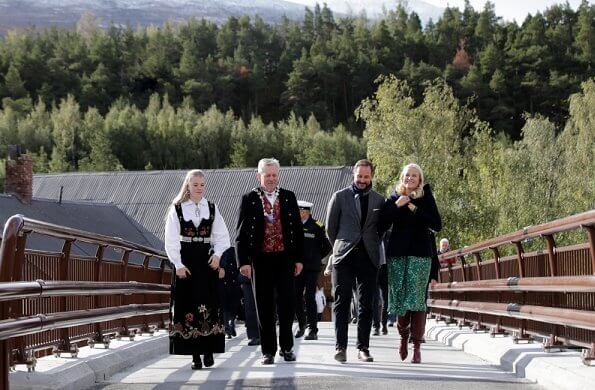 Skjåk municipality is a center for rafting events. Crown Princess Mette-Marit wore a new silk printed dress from H&M Conscious Exclusive