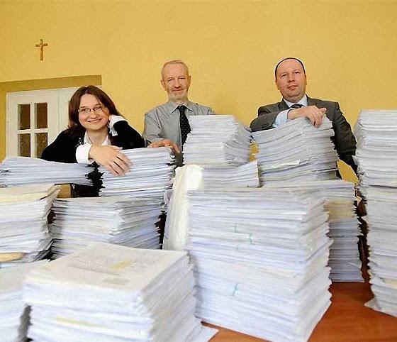 Mariusz Dzierzawski exibe listas de abaixo-assinados contra a lei do aborto.