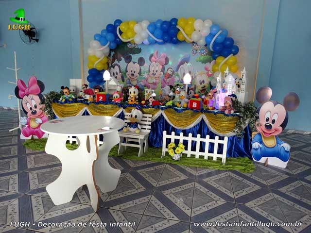 Decoração de festa infantil com o tema Disney Baby, mesa temática decorada com toalhas de pano para aniversário