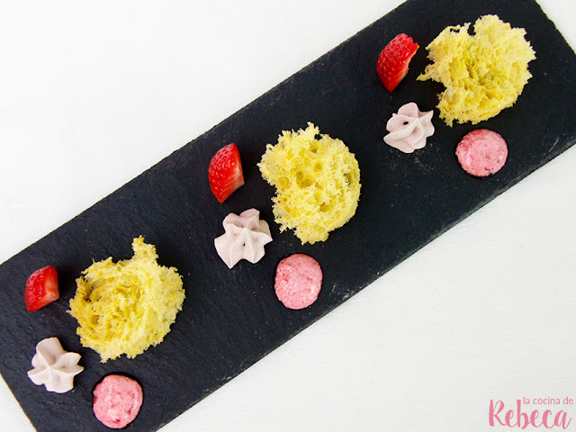 Bizcocho esponja de pistacho con fresa, merengue de cacao y helado de frambuesas