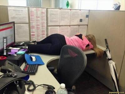 Auf Arbeit schlafen witzige Frau im Büro