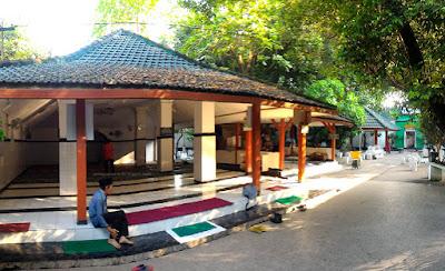 Masjid di dalam kompleks Makam Ki Ageng Bungkul Surabaya.
