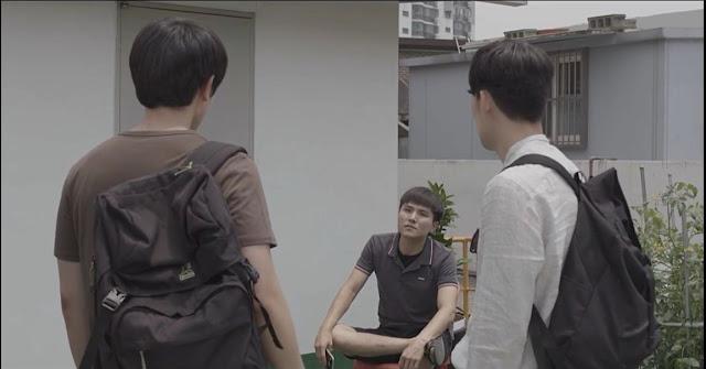 Pria A dan B berbicara dengan pemilik Kos