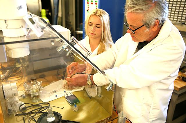Sinh viên cao học Katherine Fowee cùng tiến sĩ, nhà nghiên cứu Anthony Cofer từ Đại học Purdue đang làm việc trên một hệ thống cơ điện tử rất nhỏ cho động cơ của các vệ tinh CubeSat siêu nhỏ. Hình ảnh: Erin Easterling/Đại học Purdue.