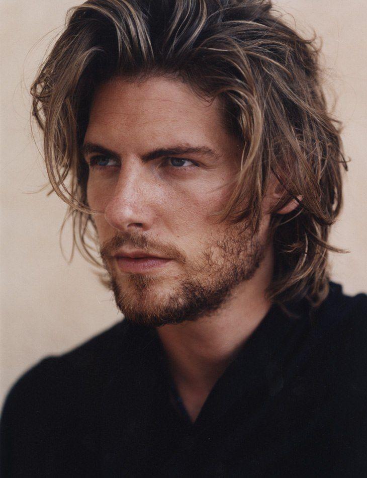 los cortes en capas originarn en su cabello y soltura masculina puedes llevar capas en tu cabello o en algunas veces corto