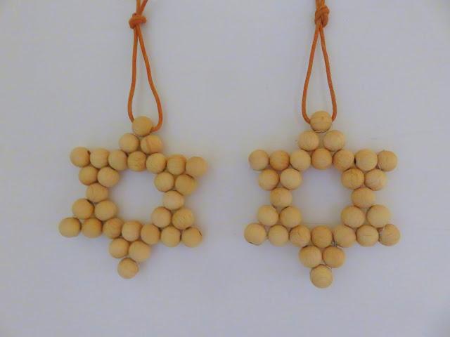 Sterne aus Holzperlen