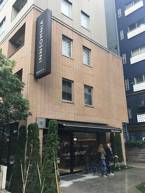 La discreta fachada del hotel