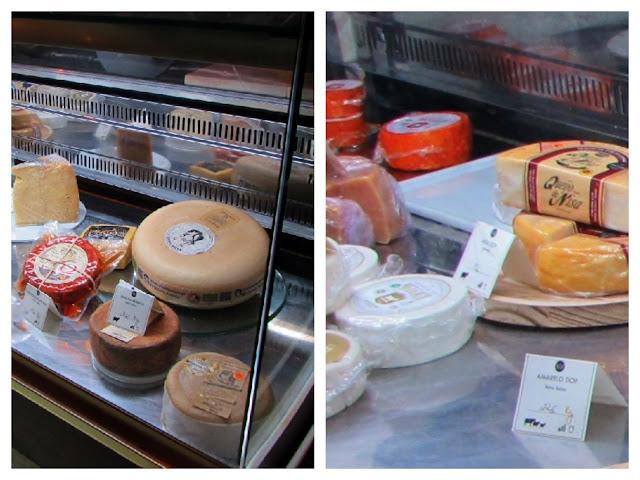 vitrine com vários tipos de queijos