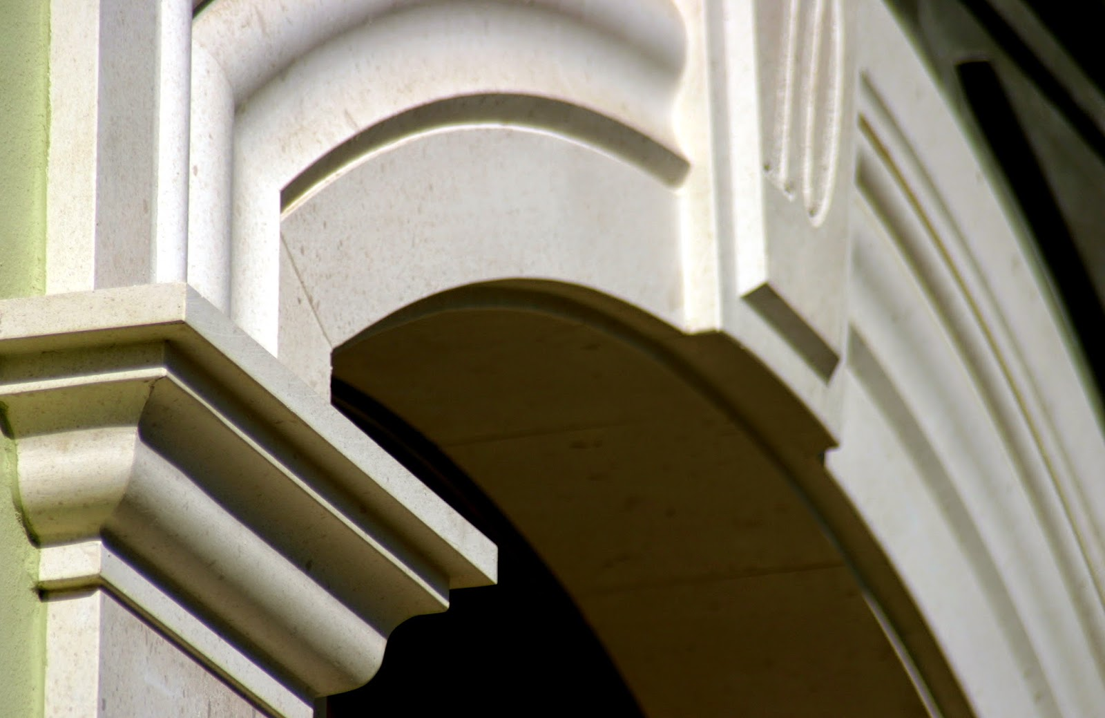 puerta en caliza blanca