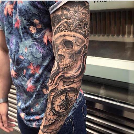 Cranio tatuagem como parte de uma manga