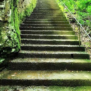 Escadaria de 150 degraus que leva à Gruta Nossa Senhora de Lourdes.