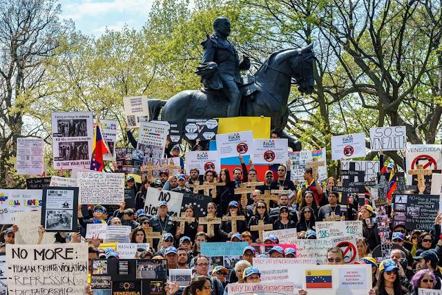 La multitudinaria protesta de venezolanos en el Queen's Park de Toronto (fotos)