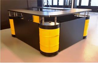 escritorio contruido con tanques reciclados