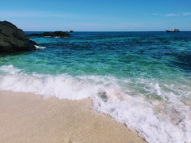 Sóng từng đợt xô vào bờ tung bọt trắng tạo nên cảnh sắc tuyệt đẹp.