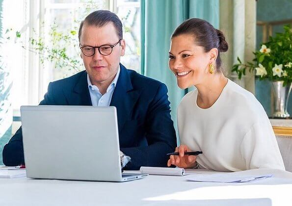 Crown Princess Victoria and Prince Daniel made a digital visit to the Norra Real high school. Victoria wore a silk top